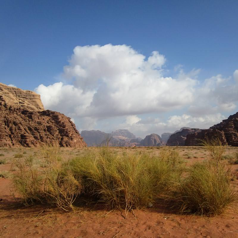 The red sand and towering mountains of Khashkhasha canyon