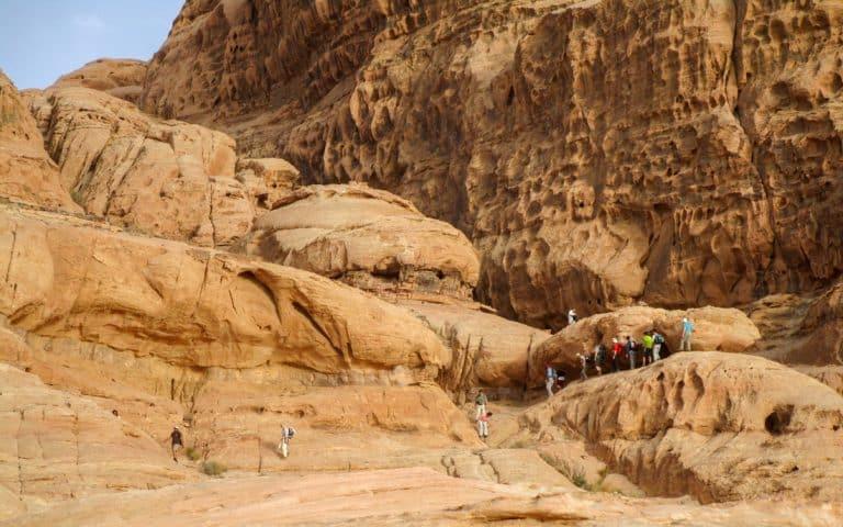 scrambling during a 24 hours tour in wadi rum